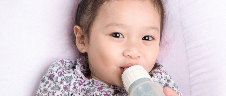 Erosione e danni ai denti primari dovuti all'uso prolungato del biberon